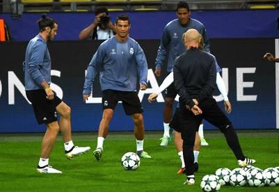 Gareth Bale, Cristiano Ronaldo y Zidane, en Dortmund, donde esta tarde enfrentarán al Borussia. (AFP)