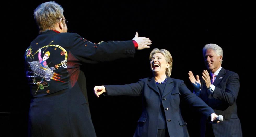 Elton John saluda a Hillary Clinton y al expresidente Bill Clinton.