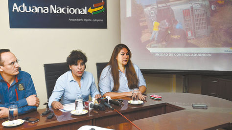 La presidenta de la Aduana, Marlene Ardaya (c), dio el martes una conferencia de prensa en Cochabamba