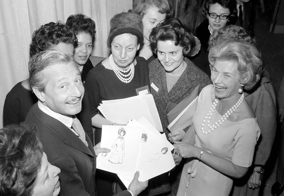 Oleg Cassini con un grupo de admiradoras.