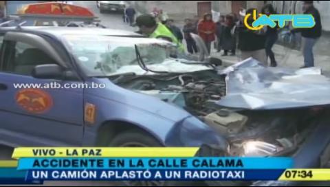 Un camión aplastó un radiotaxi por una falla mecánica
