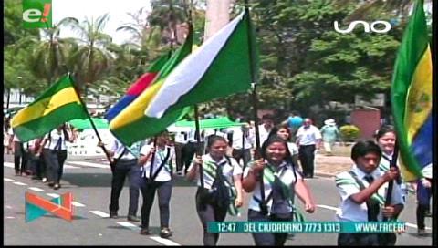 Colegios desfilaron en el Parque Urbano para conmemorar a Santa Cruz