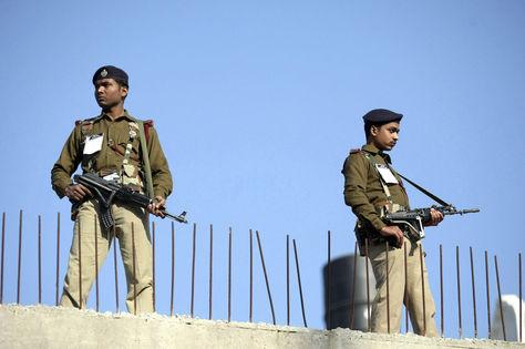 Soldados paramilitares indios vigilan en el tejado de un edificio cercano a la estación ferroviaria en Jammu. Foto: EFE