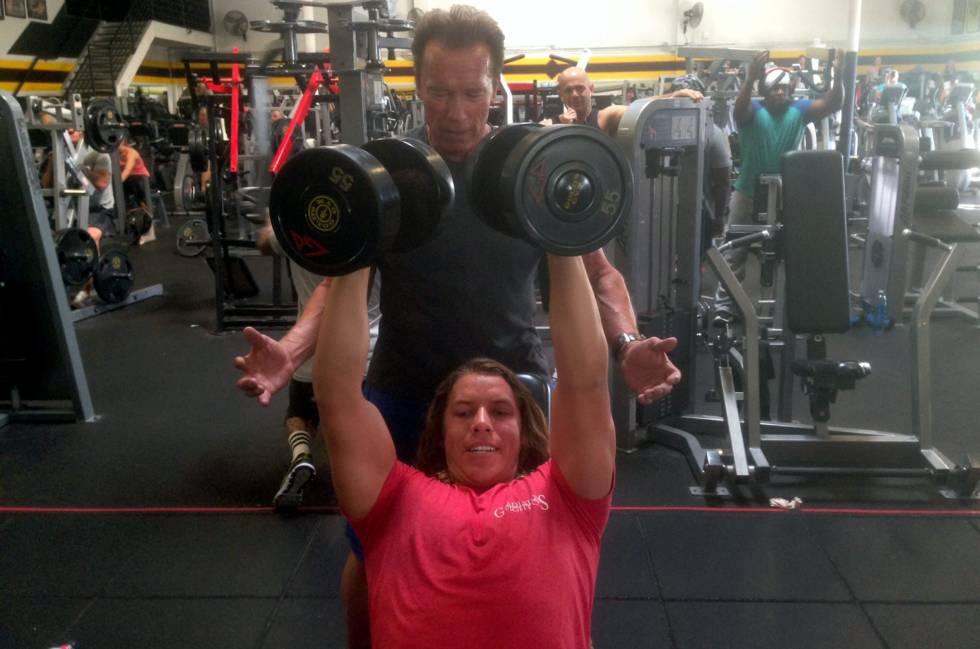 Arnold Schwarzenegger y Joseph Baena entreando en un gimnasio en Los Ángeles