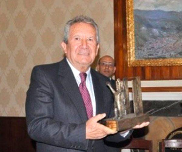 EL PERIODISTA HUMBERTO VACAFLOR RECIBE UNA DISTINCIÓN.