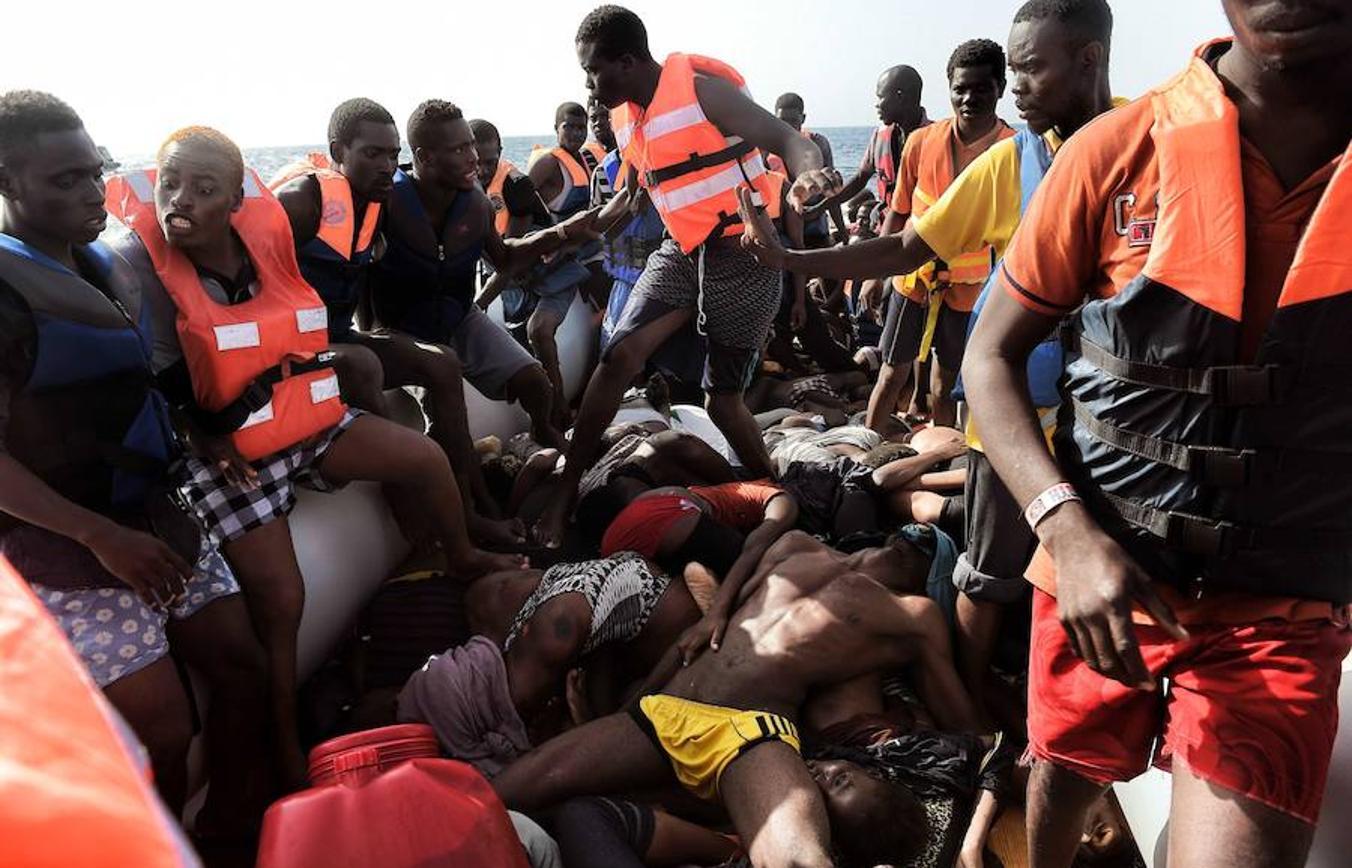 Unas cincuenta cadáveres fueron recuperados de una barcaza que intentaba alcanzar las costas italianas
