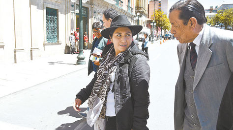 Paco, quien activo la denuncia, conversa con un ciudadano cerca del Palacio de Gobierno.