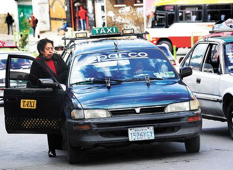 Una mujer aborda un taxi en el centro paceño. Foto: Archivo La Razón