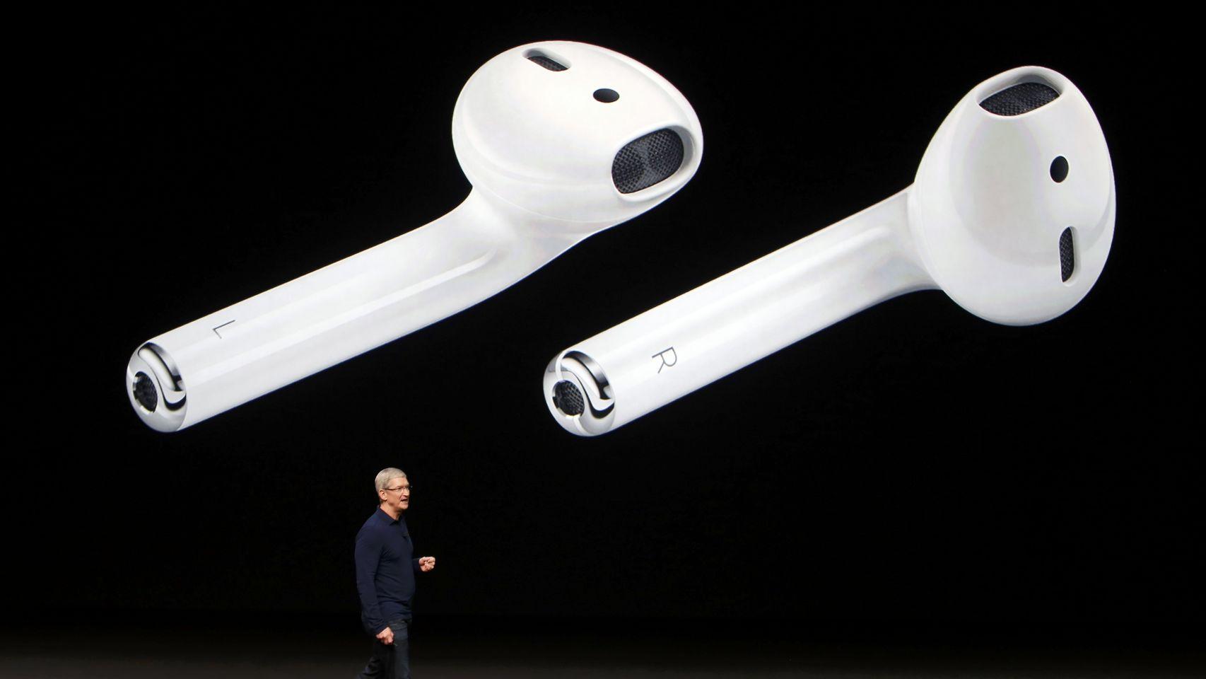Los AirPods, auriculares inalámbricos, con micrófono y que permiten incluso hablar con Siri.