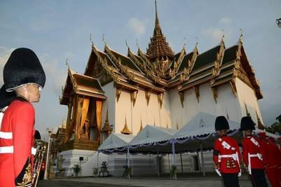 La guardia real custodia el trono de Dusit Maha Prasat en el Gran Palacio, en Bangkok (EFE).