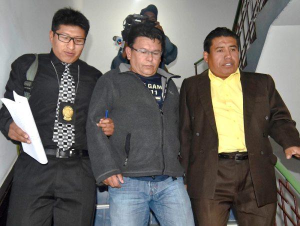 Detención domiciliaria para el coronel Luis Cabrera, y está acompañado con el investigador y su abogado.