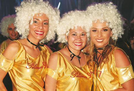 ALEGRES. Anahí Jordán, Claudia Moreno y  Denisse Garrido, con los trajes dorados que eligieron los graduados en el 97 para distinguirse