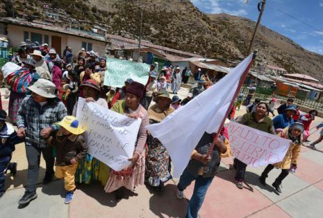 Comunarios protestaron esta jornada contra la intervención de la Policía.