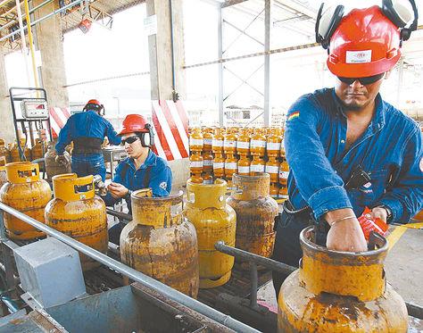 Producción. Técnicos trabajan en la planta engarrafadora de YPFB Corporación en Senkata (El Alto).
