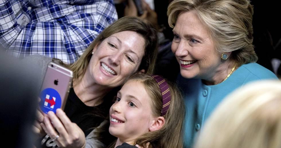 Hillary Clinton con seguidoras en una sede de campaña en Seattle, el 14 de octubre