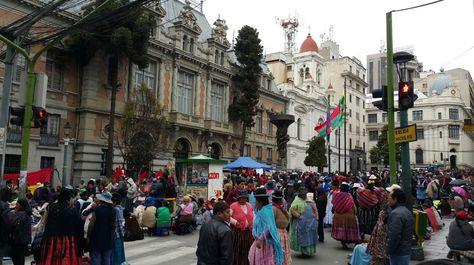 Los gremiales cerraron el ingreso al Palacio Concistorial y mantienen bloqueadas las calles Mercado, Colón y Comercio. (Foto: Álgel Guarachi)
