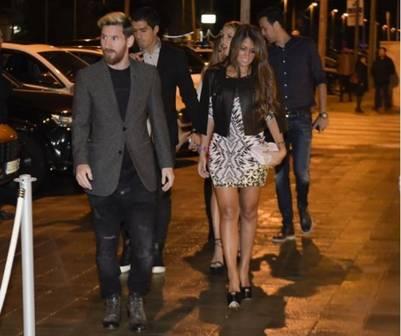 Lionel Messi junto a Antonella Roccuzzo al llegar al restaurant para la cena del Barsa. (Mundo Deportivo)