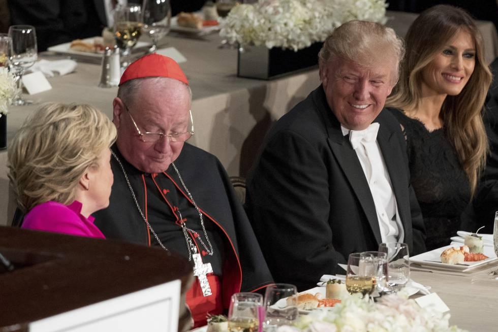 Hillary Clinton, a la izquierda, se dirige al cardenal Timothy Doland. A su derecha, Donald Trump junto a su esposa, Melania.