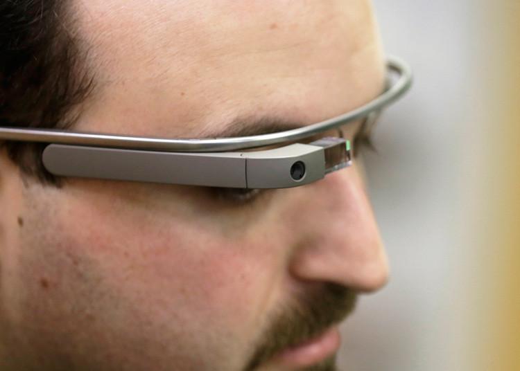 Maximiliano Firtman, un desarrollador especializado en desarrollo de tecnologías mobile, lleva Google Glass durante una conferencia en Riga. 4 de noviembre, 2013