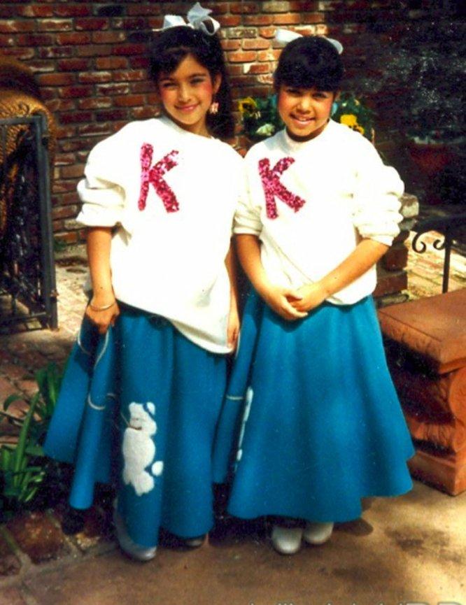 Kim Kardashian nació el 21 de octubre de 1980 en Los Ángeles (Estados Unidos). Su padre, Robert Kardashian (1944-2003), fue un famoso abogado estadounidense de ascendencia armenia, quien se divorció en 1990 de Kris Jenner, la madre de sus hijos —Kim, Kourtney, Khloé y Rob—. En la imagen, Kim Kardashian, a la izquierda, aparece junto a su hermana Kourtney en 1985.
