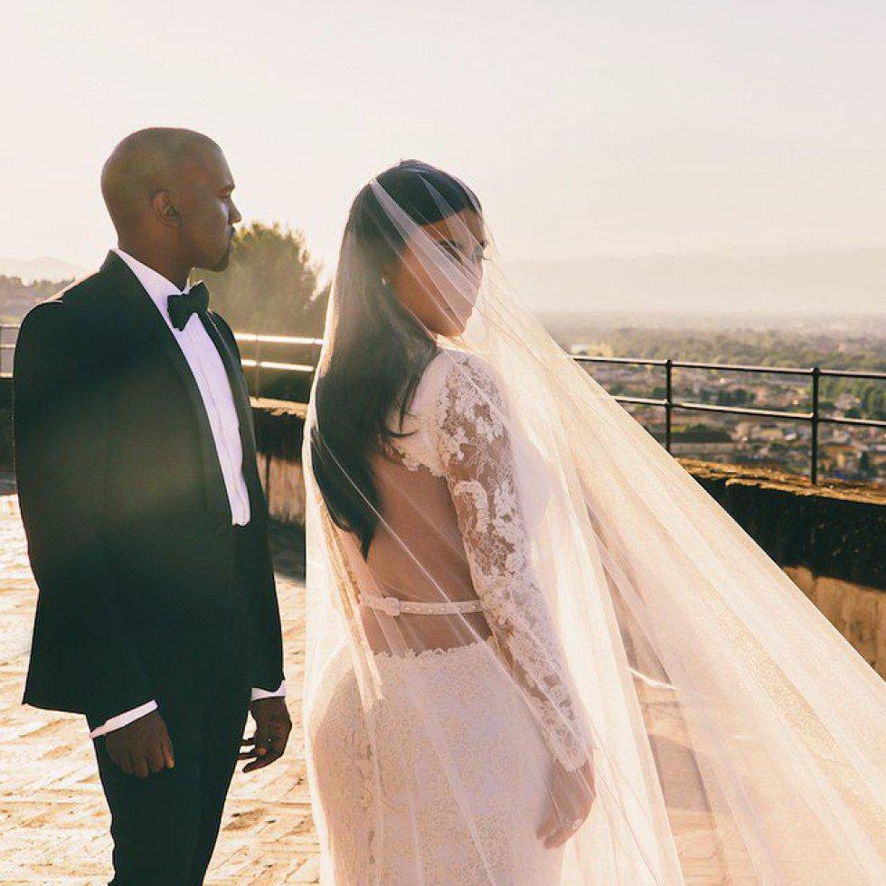 Kim Kardashian y Kanye West se casaron en Florencia el 24 de mayo de 2014. Siete meses antes, el rapero le había pedido matrimonio, coincidiendo con el 33 cumpleaños de la celebridad, en el estadio AT&T Park, en San Francisco. Eso sí, cuando estaba vacío. Una banda de música y varios familiares fueron los testigos de la entrega del anillo con un diamante de 15 quilates diseñado por Lorraine Schwartz.