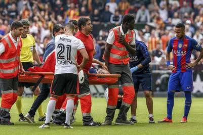 Andrés Iniesta abandona el Mestalla lesionado. (EFE)