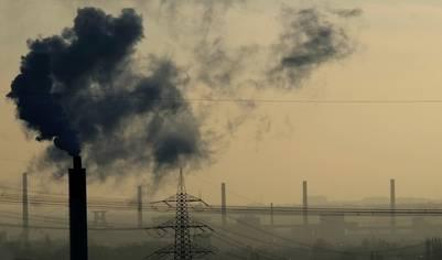 Nube de vapor emitida por una fábrica en Bottrop, Alemania (AFP).