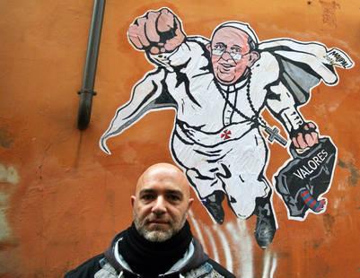 Maupal (Mauro Pallotta) junto a su primer mural sobre el Papa en Borgo Pio, Roma. / FOTO: Victor Soklowicz)