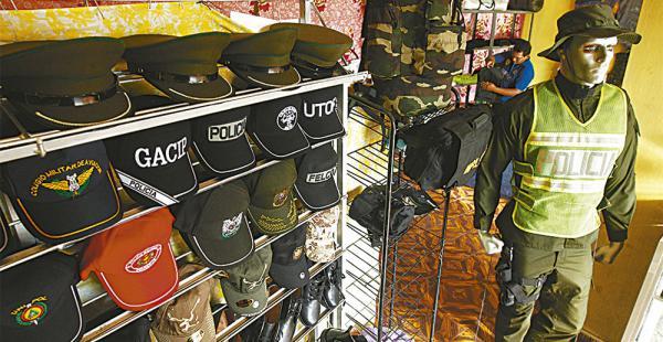 Los negocios que venden uniformes policiales tienen todo tipo de artículos, desde gorras hasta distintivos