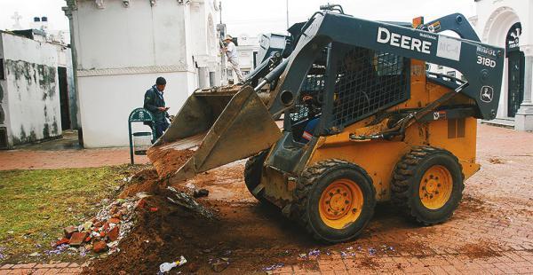 Apuran los trabajos de aseo en los camposantos de la ciudad