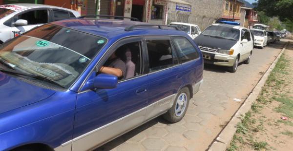 """Caravana de vehículos """"chutos"""" exigiendo amnistía para poder nacionalizar sus vehículos"""