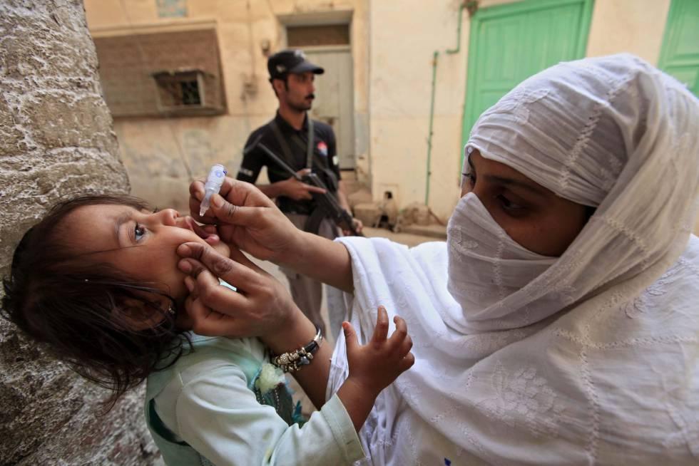 Una trabajadora vacuna contra la polio a una niña el pasado jueves, en Peshawar (Pakistán).