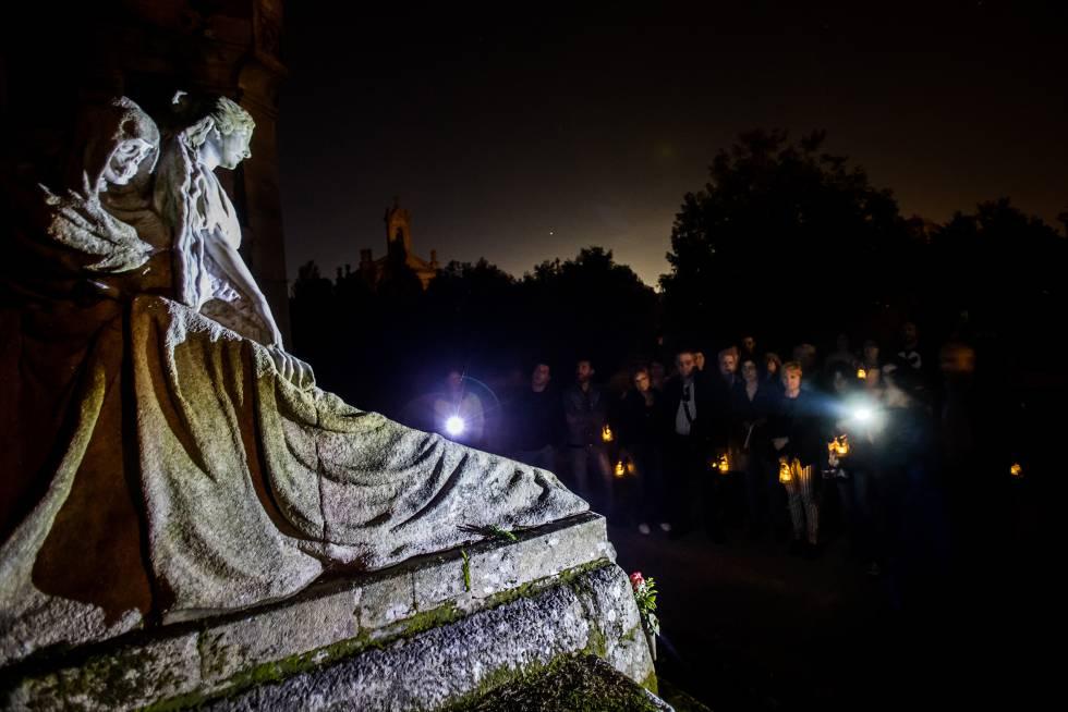 Los visitantes contemplan una tumba labrada por el escultor Francisco Asorey para la familia viguesa Gil y Sarabia.