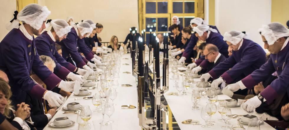 Mesa inspirada en las cenas reales en el restaurante Oré de Alain Ducasse, en el palacio de Versalles de París.