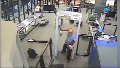 Video espeluznante: Hombre con un machete siembra el caos en un aeropuerto de EEUU