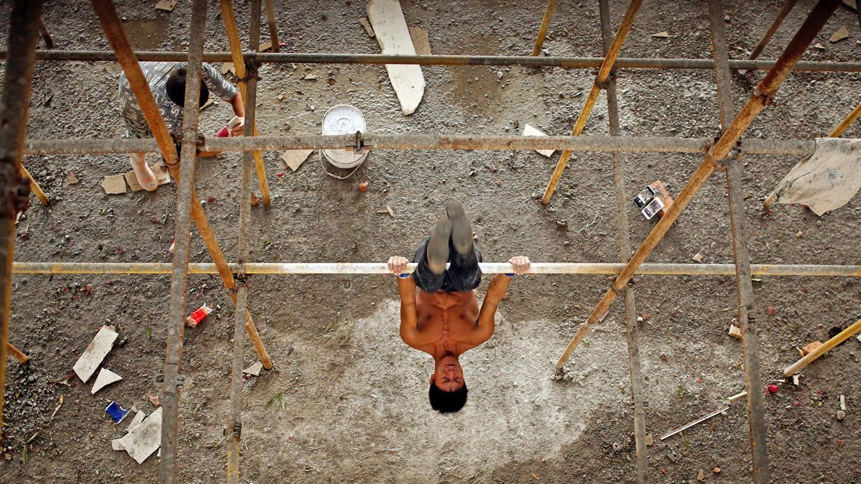 Un albañil chino transformó su trabajo en un gimnasio y sus videos se viralizaron
