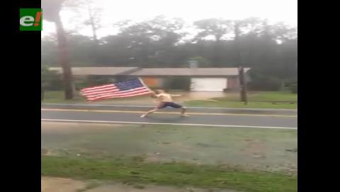 Un joven semidesnudo 'desafía' al huracán Matthew con una bandera estadounidense