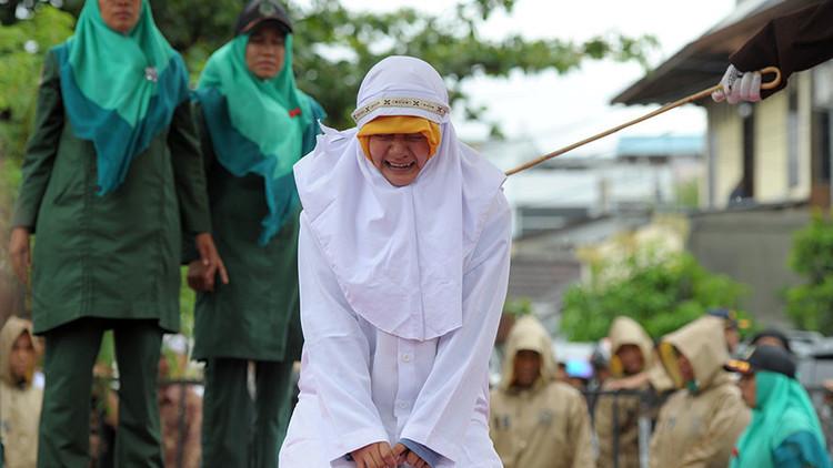 Una joven musulmana es azotada con una vara en Banda Aceh, Indonesia