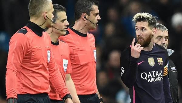 Durante el partido, Messi les protestó a los árbitros no cobrarle un penal. (AFP)