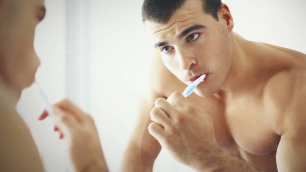 Foto: Te estás lavando mal los dientes, y también los oídos. (iStock)