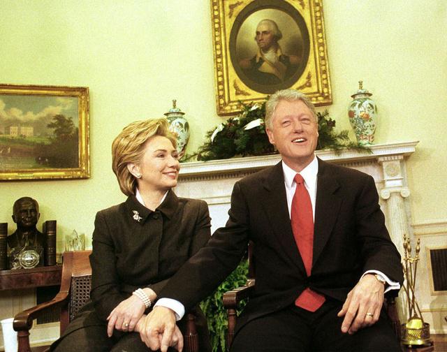 Hillary y Bill Clinton, en una foto tomada en el año 2000 en el despacho oval.