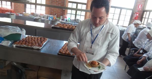 Hoy las autoridades de Bolivia y Perú se sirvieron de entrada tamales rellenos con carne de cerdo. Mañana se utilizará la técnica fusión.