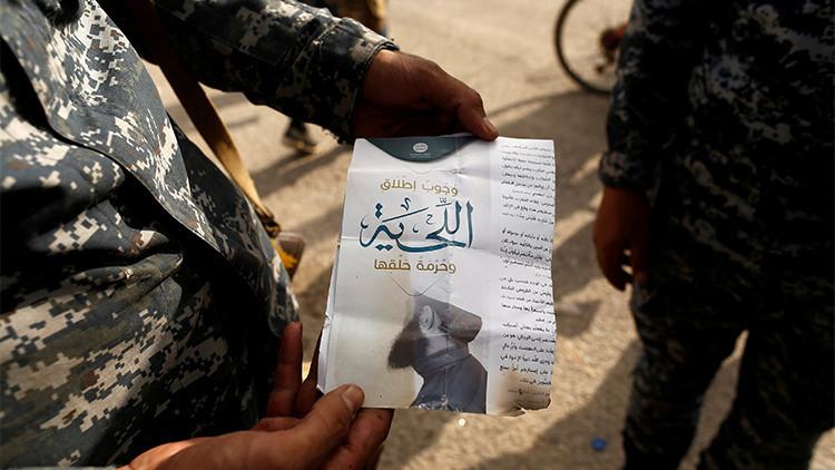 Un soldado iraquí muestra un folleto que dice: