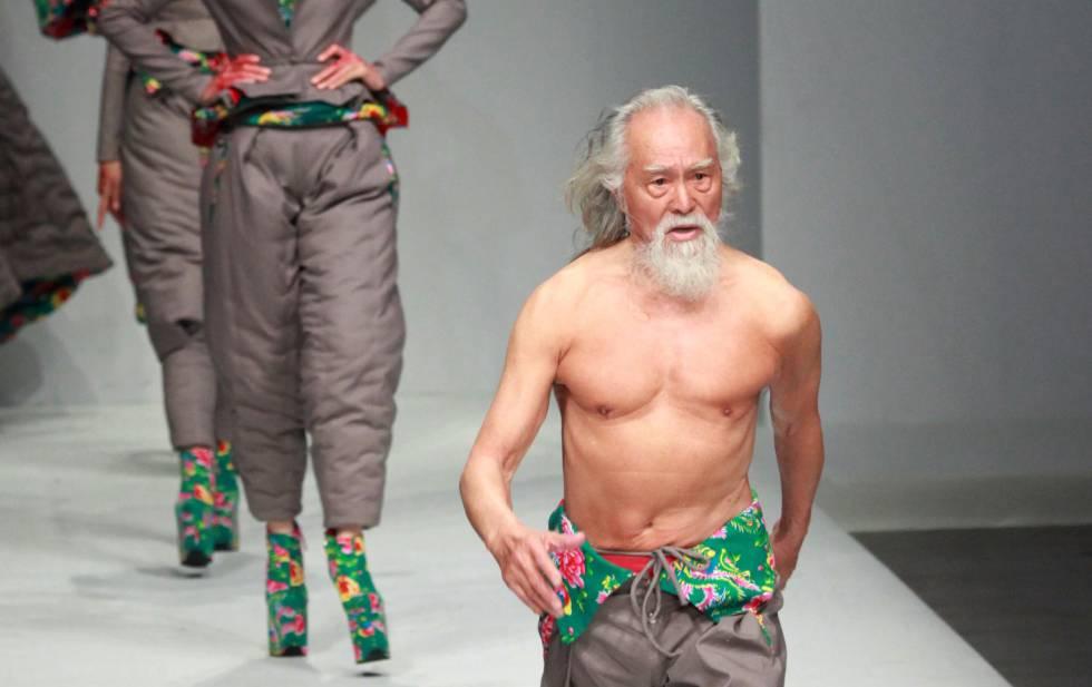 Deshung Wang, en el desfile del diseñador chino Hu Sheguang.