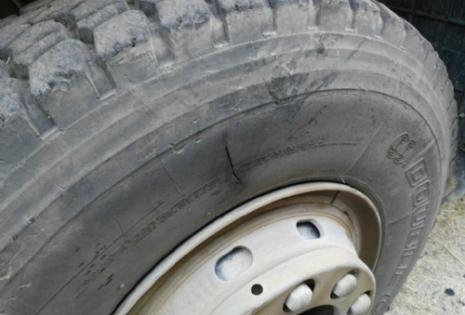 Denunciaron que efectivos policiales acuchillaron llanta de volqueta