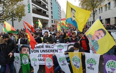 En Alemania. Un grupo de kurdos se manifiesta en Stuttgart, contra el presidente turco Recep Tayyip Erdogan. Hubo marchas similares en otras ciudades europeas.  /EFE