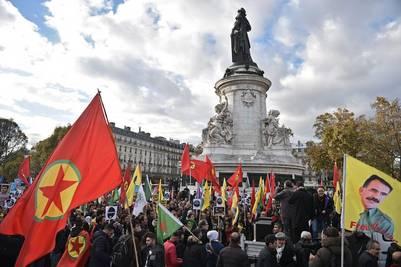 En París. Manifestantes kurdos marcharon en la capital francesa contra el presidente turco, Erdogan, este sábado. /EFE