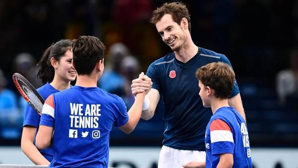 El escocés Andy Murray se divirtió  con los alcanzapelotas luego de que Milos Raonic decidiera no salir a jugar la semifinal en París.  AFP
