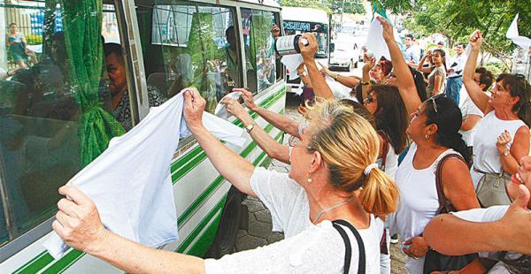 El recibimiento a detenidos por parte de damas de pañuelos blancos cada vez crece y es más emotivo