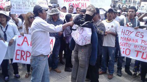 Vecinos de Sivingani se movilizaron en Cochabamba para exigir acciones contra las pandillas. Foto: Fernándo Cartagena